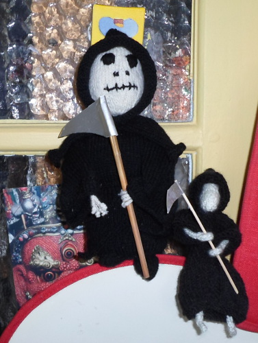 Here The Death is with his little partner The Death of Rats. Pattern of the Death : Grim Reaper Dude by Phoenixknits.